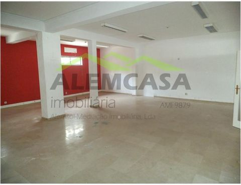 Store in Lagos for sale with special financing conditions. Located close to Hotel, Health Club and other services close to the campsite of the Trinity in Lagos. This store has an area of 90 m2, and is intended for the services. The building consists ...