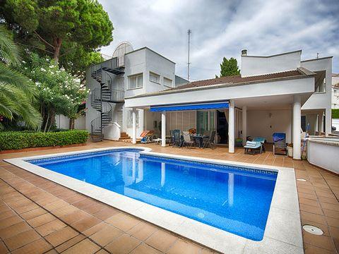 Cette villa se trouve à seulement une minute à pied de la baie Carboneres à Llançà, et est réparties sur deux étages. L'étage supérieur dispose de trois suites, une avec jacuzzi dans la salle de bains, l'autre avec extra chambre et l'autre avec une c...