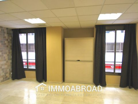Nice local with great location in central PalmaBright local of approximately 70 square meters next to Plaza de España. Distributed with a hall, two rooms and two bathrooms, one with a shower. Recently renovated. Possibility to rent or buy two parkin...