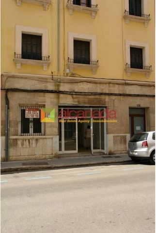 Comemercial property in Palma de Mallorca, 103 sq. meters. It is located in the Avenidas area next to shops and El Corte Ingles. The building has five floors and is composed of apartments and a commercial venue. The venue has 103 sqm with a sufficien...