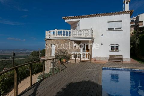 Lovely villa with swimming pool, 2 terraces with beautiful panoramic views to the sea and the mountains, great garage and heating in Mas Tomasi's residential area, Pals.