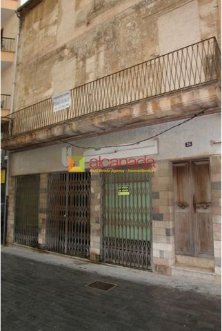 Magnificent premises for commercial use in Inca, Mallorca. Located at street, very attractive, with 248 meters with two floors at the top, with a total of 758 square metres. This place has an excellent location. It is one of the best areas in the cen...