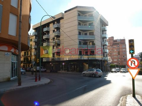 Local area with large influx of Palma. It has an area of 92 square meters and is situated on a very wide Street with great visibility. The local is new brand new and includes toilet. It is an ideal space to host business or office. #ref:AL0003