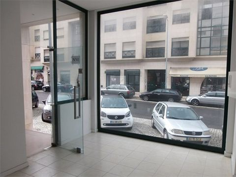 Shop well located with Public parking a few meters where the first hour is free. Good access and good visibility. There are other stores available, ask for information. Shop with 45 m2 A good view for the main street Has a separate toilet with washba...