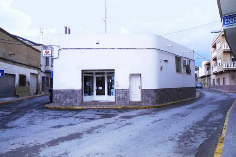 Property for sale in Rojales. Commercial premises of 355m2 in Rojales center, surrounded by all services and very crowded. The premises has main hall, storage, garage, offices, bathroom. It is equipped with air conditioning, alarm, security cameras. ...