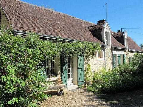 In a quiet hamlet, approx. 20mins south of the beautiful medieval town of Loches, a renovated longère with character (approx. 170m² of living space on approx. 3,100m² of land). It has 3 bedrooms, one on the ground-floor, a living/dining-room, a sec...