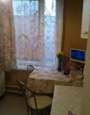 Продается комната в 2-х комнатной квартире. 2 взрослых собственника. Зеленый двор с детской площадкой. Собственность более 3-х лет. Лифт, металлическая дверь, рядом парк. В соседней комнате проживает 1 человек., Москва г, Днепропетровская улица 27к1,...