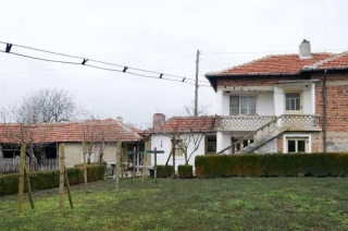 The property consists of a 2-story house having about 100 sq.m. of living area, garage, summer kitchen, farm buildings and a plot of land spreading over 1000 sq.m. In the garden there is a well with fresh water. Each floor of the house consists of 3 ...