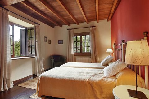 Casa Espinaredo is located in a small village nestled between the mountains and offers a breathtaking view. It is made of stone and wood and equipped with all the comforts of modern life. The decor and furnishings have a cozy feeling. The house has t...