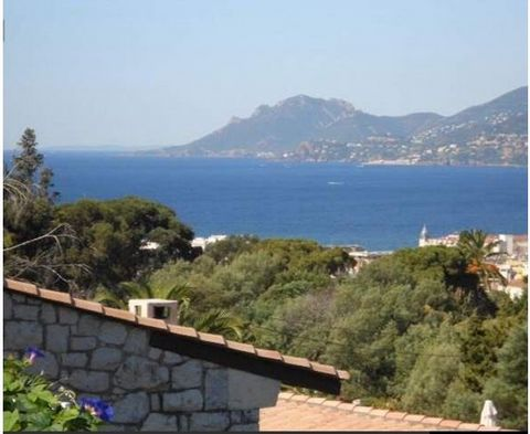 Nested in nature, in a private domain, in a dominant position, very quiet and private area with magnificent sea views on Cannes' bay. This atypical and unic property close to the city center, schools and the Croisette has a living surface of 137 m2 i...