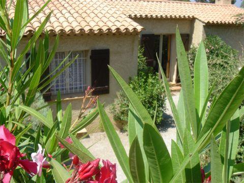 Cette belle villa provinciale est située dans un parc de vacances sur la Côte d'Azur, dans le village de Sainte-Maxime. Le parc est composé de différentes maisons, toutes avec un jardin privé. Il y a une grande piscine (20mx10m) et un petit bassin po...
