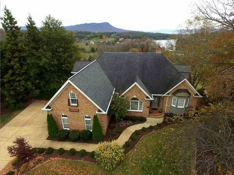 READY TO NEGOTIATE! With stunning views of Lake Shenandoah and the Blue Ridge Mountains this custom home offers quality lifestyle living with amazing updates and renovation! Filled with unique attributes from the screened porch to the creative loft s...