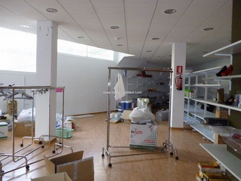 Commercial premises A large commercial space of some 129m2. Previously run as a shop there are huge possibilities for this premises. Located in the higher part of the village of Cómpeta with very easy access and on street parking. there are currently...