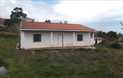 Detached house with 2000m land Villa V3 is located in the parish of Lamas and cercal, 8km from the center of Cadaval, in a quiet, rural area, but has all kinds of equipment and public services in its vicinity. Property in need of works, has a living ...