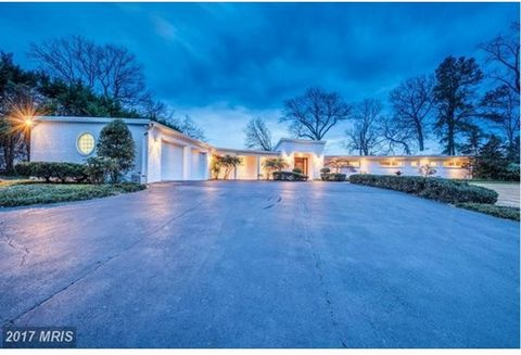 A Unique Waterfront home perfectly blending contemporary & rustic elements. One Lvl living, open Frl plan, exposed wood beams, aged heart pine ceilings & exposed brick. A very special property w/ widewater, far reaching panoramic Potomac River views....