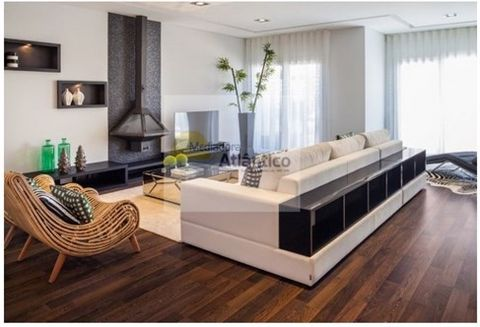 EXCELLENT TOWNHOUSE of corner 4-room Modern Design, in 1st line Sea, along the beaches and the center of Ericeira. Floor 0 Living room with fireplace three fronts (38.35 m2); equipped kitchen (28.04m2), Pantry (2.54m2) Toilet (2.54m2). Floor 1 Suite1...