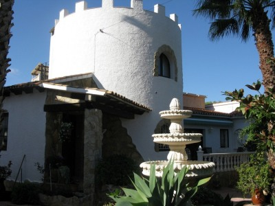 Villa with Apartments for Sale in Cap Blanc, Moraira Situated in Cap Blanc with a 2.000m2 plot, its 3 apartments all consist of 2 and 3 bedrooms, bathroom, kitchen and large lounge with an open terrace and BBQ. The main living area contains 2 bedroom...