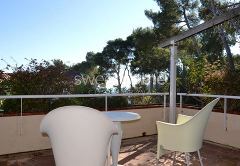 Lovely semi-detached house located 50 meters toEl Golfet's beach, with sea views, garage, garden, terrace, fireplace and heating in Calella de Palafrugell.