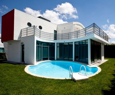 Developed in Palmela, in the village of Quinta do Anjo, a typical countryside village well known for its cheese and sweets, with wines internationally awarded, the villas are in the surroundings of the Arrabida Mountains, in the Setubal district. In ...