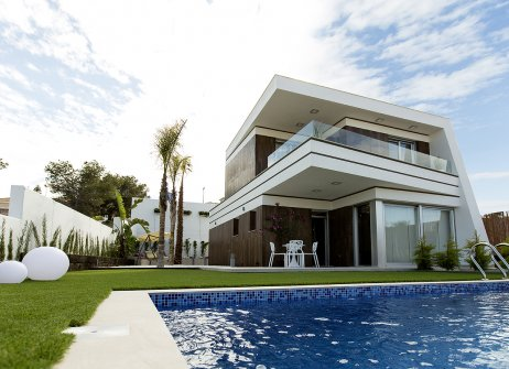 Detached luxury villa with 3 bedrooms, 3 en suite bathrooms and 1 guest toilet. The property comprises of a landscaped garden, storage room, optional pool (5x3m) with shower and pre-installation for heating system, as well as large terrace with inter...