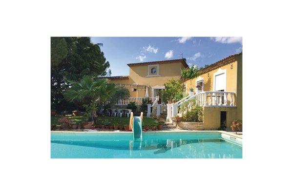 Cette charmante location de vacances avec piscine privée idéalement placée aux portes de Montpellier (16km) et de la Petite Camargue (28km), vous accueillera dans la ville de Baillargues. Cette villa traditionnelle du Languedoc vous offre un jardin d...