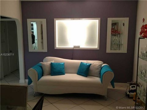 United States - Miami - Miami Beach. Great apartment located within steps to the ocean.... The best opportunity on this upcoming area.