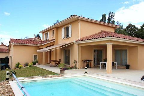 Votre villa contemporaine avec piscine, bénéficiant d'une vue sur les Monts du Beaujolais !