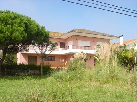 T5 housing, R/C, 1º To walk and attached. R/C: - Ample Garage with ceramic floor, - Entry hall with ceramic floor, tinned walls and stairs in wood, - Room to be with floors ceramic, - Room with fireplace with ceramic floor, - Rustic Kitchen with floo...