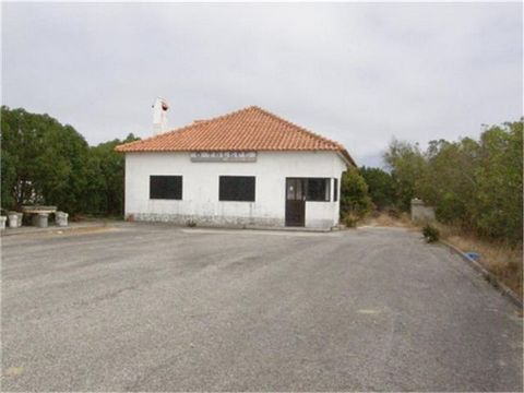 Property with license for catering. With excellent location, outdoor parking space, great potential! Land with 3514.75 m2. Contact us for further information!