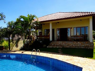 Wonderful country house in vinhedo, 80km from são paulo. It is beautifully laid with towards southwest terrace. The house is in a private condominium with jogging path, skateboard track, volleyball court, children's playground.