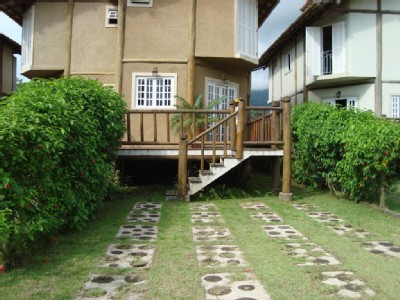 Hot house with barbecue, garage, two bedrooms, in one bedroom has two bunk beds, OTHER double bed room and one bunk bed between the rooms well imobiliada varanda..casa and close to everything in the back yard, to the walk to the bakery, pharma...