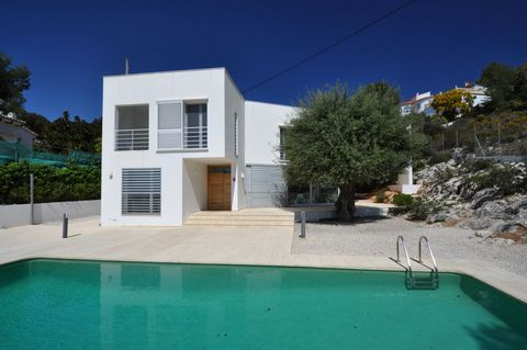 The villa has an efficient lay-out and lots of light. Located at only 600 meters from the beach and just 1500 m to all amenities. First floor: here is the spacious living, from where you access the outside terrace with pool. The fully fitted large ki...