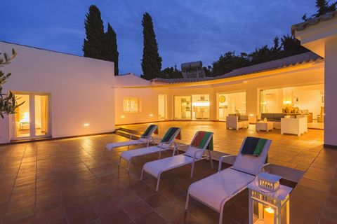 €1.100.000 Villa Completely private fully renovated (2015) mansion on a large plot of 3.000m2, located only minutes from the beach and Estepona town centre. All on one floor, the property offers open plan living with living/dining area, fully fitted ...