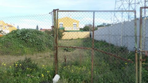 Located in Alhaurin de la Torre. Plot of 1200 m2 in the centre of Alhaurin. It is allowed to built 55%. Ground floor and first floor. The use of the building could be commercial or residential development.