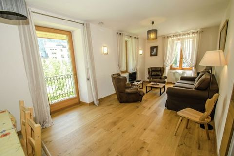 Very nice 3 rooms apartment of 58 sqm located 1st floor of residence with lift in the heart of Chamonix. Fully equipped kitchen with induction hob, oven, microwave, fridge, freezer and dishwasher. Lounge, living room with TV, DVD player and double so...