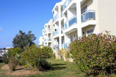 Appartement dans quartier calme et paisible avec vue sur la Sierra, doté d'une situation géographique privilégiée entre Portimão et Alvor. 12 minutes est le temps qu'il faut pour la plage d'Alvor ou Vau, 5 minutes pour rejoindre le parcours de Penina...