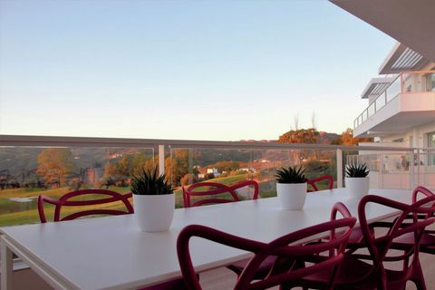 Muy bien situado lujo y moderno apartamento con una terraza amplia y preciosa que ofrece vistas al campo de golf y el Mediterráneo. El apartamento está situado en el campo de golf en La Cala Resort en Mijas, que ofrece un alto confort para disfrutar ...