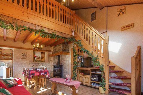 Chaleureux chalet mitoyen (ca. 108m2) situé dans un hameau calme à 2km d'Abondance. Ce chalet typique savoyard (partie droite du chalet) est très ensoleillé et vous apportera toutes les joies d'un grand chalet typique à la montagne. Il bénéficie de t...