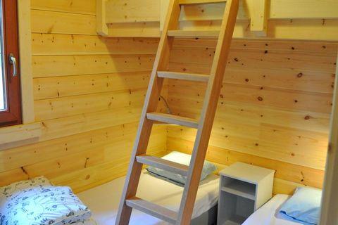 Ce chalet moderne en bois, récemment construit, se trouve dans le parc de vacances boisé d'Oignies. L'aménagement est moderne et complet. La cuisine dispose d'un four et d'un lave-vaisselle. Vous trouverez un sympathique poêle à bois dans le salon. I...