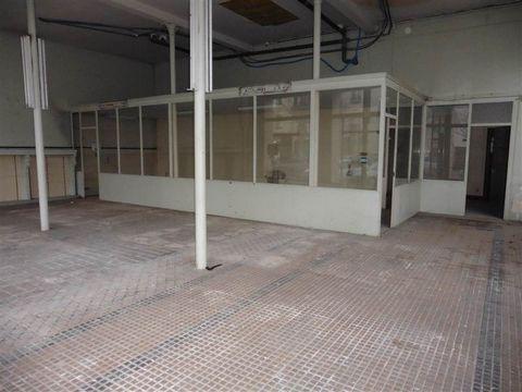 Local commercial indépendant de 180 m2 offrant un bel espace d'accueil avec une grande vitrine et bureau et sanitaire. Tout commerces.