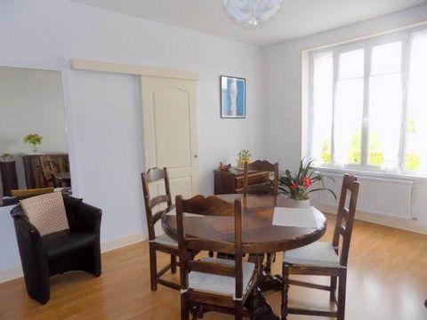 COUP DE COEUR pour ce bel appartement situé au 1er étage d'une petite copropriété de 6 appartements, en parfait état, comprenant une entrée avec placards, une cuisine, un séjour lumineux et spacieux, une chambre avec dressing, et un joli jardin aména...