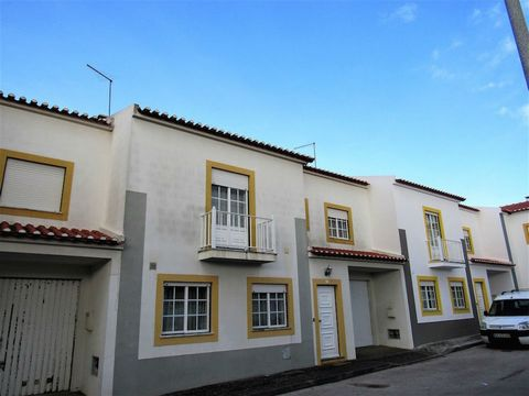 Region: Estremadura / Silver Coast; Location: Amoreira / Caldas da Rainha; Total area of the land: 140 m2; Total construction area: 160 m2 Property Description: 3 bedroom townhouse with large areas, which benefit an excellent sun exposure, giving a s...