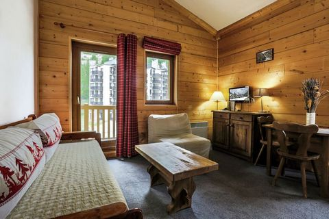 Bel édifice dans le style local avec 5 étages avec des appartements de 2 à 9 personnes. Ils sont rustiques et dans le style savoyard avec des murs en stuc et utilisation du bois. Vous pouvez choisir parmi les appartements suivants: un studio pour deu...