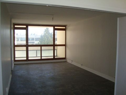 BOURGES Centre ville, Appartement T4 4 Room (s) 70 m², 1 Cellar, 3 Bedrooms.