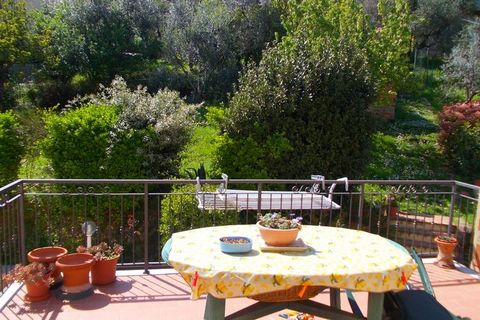 In the medieval village of Chianni, a few steps from the center and all its shops (grocery, bars, two restaurants with typical Tuscan dishes and a pizzeria) we can find this charming and bright apartment, in a historic building. On the second floor o...