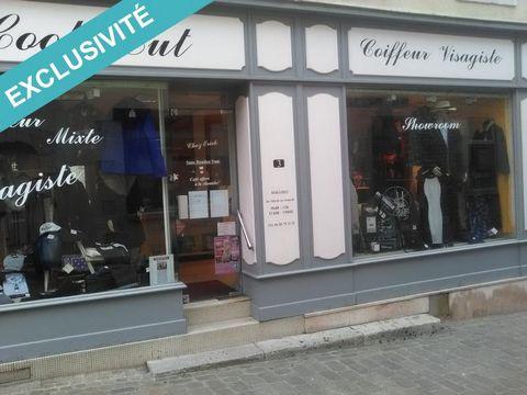 Fonds de Commerce salon de coiffure mixte atypique dans le centre ville historique de Ferrières en Gatinais avec un agencement original comprenant un mini bar, un canapé cuir, une présentation de vêtements et ses espaces pour la coiffure. La clientèl...