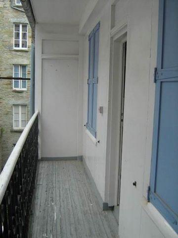 CHERBOURG Appartement de type F3 comprenant cuisine, séjour, deux chambres, SDB et WCCour commune ferméeEnvironnement calme et agréable dans le centre villeProche des commodités. Dispo début Janvier. Honoraires locataire : 461 €.