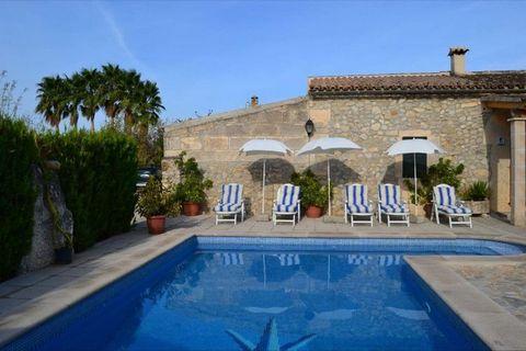 Casa de vacaciones en un hermoso lugar en Campanet, en el norte de Mallorca. La casa unifamiliar tiene una superficie de 150 metros cuadrados y es adecuado para seis personas. En la planta baja hay dos dormitorios, uno con cama doble y otra con dos c...
