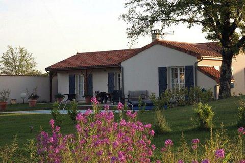 Les splendides villas se trouvent dans le parc La Vigeliere et existent en deux variantes : une pour 4 personnes (FR-79340-24) et une pour 6 personnes (FR-79340-22). Les villas sont confortablement aménagées et disposent d'un feu ouvert, d'une terras...