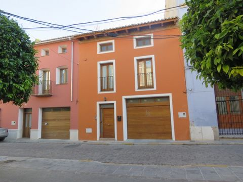 Built in 2007 by the current owners, this 4 bedroom, 3 bathroom modern townhouse can be found in the historic old town of Alzira, Valencia. Surrounded by what remains of the 18th century walls that encircled this Valencian town, this property is a tr...